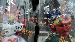 Miniatur ondel-ondel buatan Andri saat dipajang di pinggir jalan di Jakarta, Selasa (19/3). Andri dan rekannya, Tarno memulai ide membuat miniatur ondel-ondel sejak 1 tahun lalu. (merdeka.com/ Iqbal S. Nugroho)
