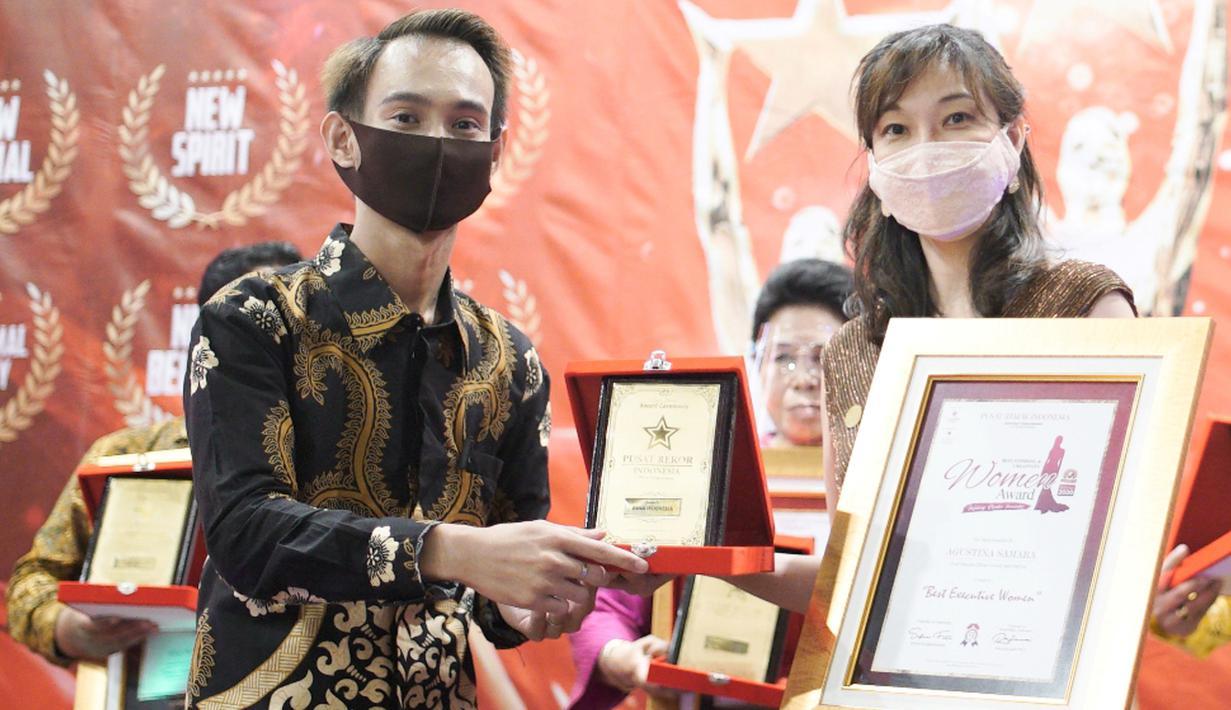 Chief People Officer DANA, Agustina Samara menerima penghargaan Best Executive Woman Award 2020 di Jakarta, (9/8/2020). Award ini bentuk pengakuan terhadap komitmen Agustina dalam mendukung kesetaraan teknologi di semua jender, inklusivitas teknologi dan pengembangan teknologi. (Foto: Dok. Dana)
