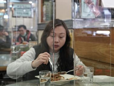 Hindari Virus Corona, Warga Hong Kong Makan Ditutupi Panel Plastik