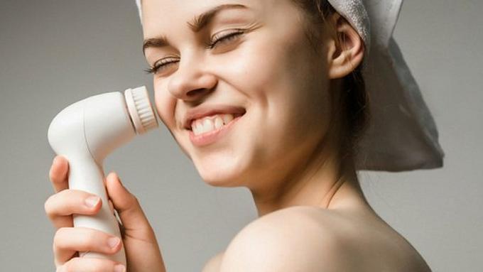 Cleansing brush/Copyright Shutterstock