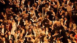 Sejumlah penari beraksi dengan berpasangan saat pembukaan acara tradisional tahunan Opera Ball di Wina, Austria, Kamis (23/2). Uniknya dalam acara Opera Ball ini para peserta diwajibkan mengenakan pakaian pengantin. (AP Photo/Ronald Zak)