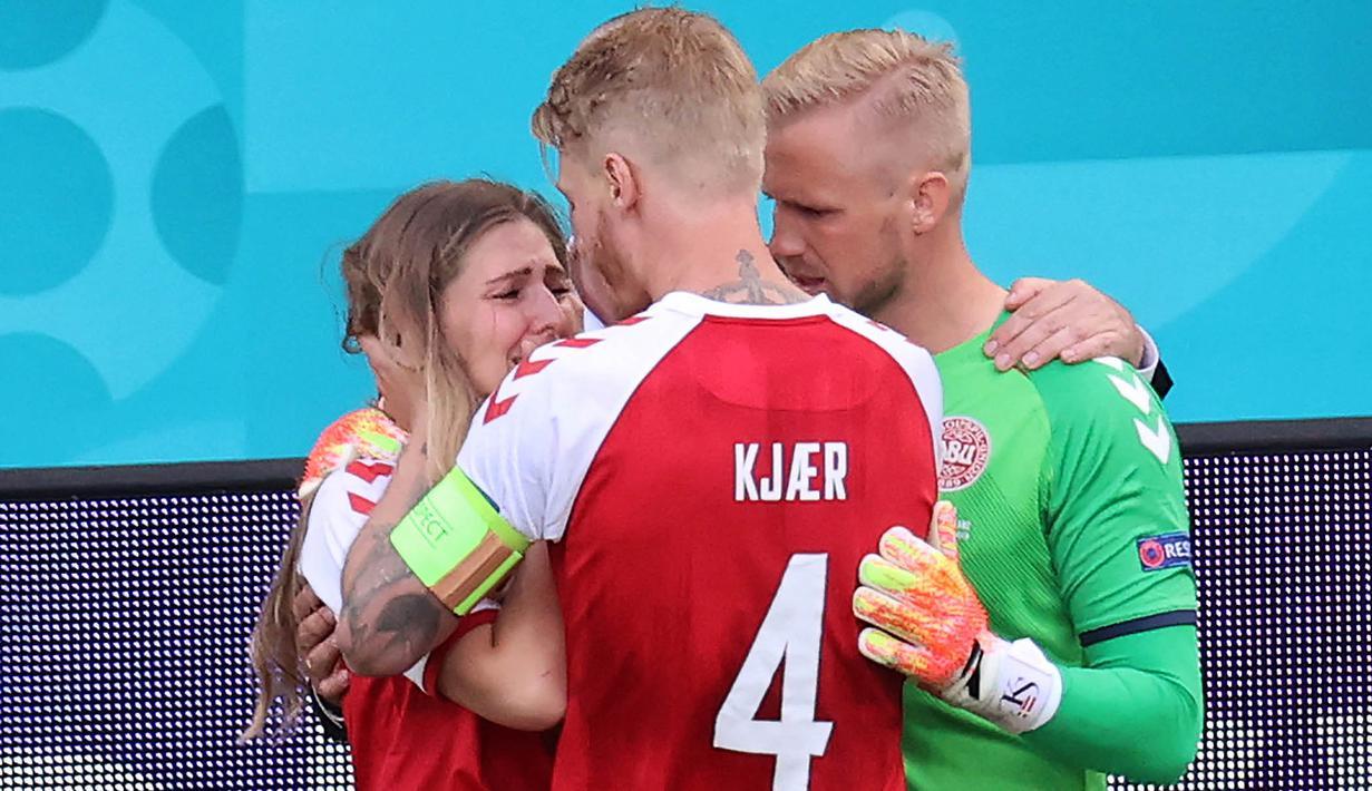 Foto Piala Eropa: Momen Mengharukan Simon Kjaer Menenangkan Istri Christian  Eriksen Setelah Suaminya Sempat Kolaps di Laga Euro 2020 - Piala Eropa  Bola.com
