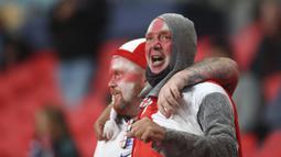 Pendukung Inggris bersorak di tribun penonton sebelum dimulainya pertandingan grup D Euro 2020 antara Inggris dan Skotlandia di stadion Wembley, London, Jumat, 18 Juni 2021. (Foto: AP/Pool/Carl Recine)