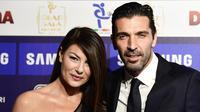 Gianluigi Buffon bersama kekasihnya, Ilaria D'Amico. (MIGUEL MEDINA / AFP)