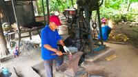 Abbas, sang pandai besi di Rumbio Jaya Steel yang menularkan ilmunya ke ratusan warga di Kabupaten Kampar dan bekerjasama dengan PTPN V. (Liputan6.com/M Syukur)