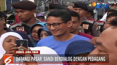 Kedatangan Sandiaga langsung diserbu kalangan ibu rumah tangga untuk berebut bersalaman dan berfoto.