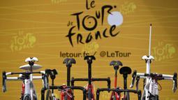Sepeda para pebalap digantung saat stage keempat balapan Tour de France di Vittel, Prancis, Selasa (4/7/2017). Stage keempat menempuh kota Mondorf-les-Bains hingga Vittel yang berjarak 207,5 kilometer. (AFP/Lionel Bonaventure)