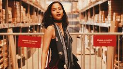 Istri Chicco Jerikho ini tampil menawan dengan dress berwarna hitam. Penampilan wanita kelahiran Bali ini terlihat trendi dengan scarf yang dilingkarkan di lehernya. Perpaduan dress dan scarf membuat ia tampak elegan. (Liputan6.com/IG/@putrimarino)