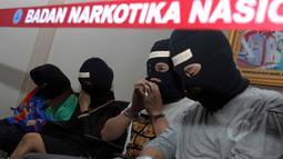 Sejumlah tersangka saat rilis kasus narkoba di kantor Badan Narkotika Nasional (BNN), Jakarta, Jumat (22/5/2015). Barang bukti berupa 16,4 kg Shabu dan 778 butir Pil inex diamankan BNN. (Liputan6.com/Helmi Afandi)