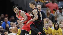 Pemain Toronto Raptors, DeMar DeRozan berusaha melewati adangan pemain Cavaliers, George Hill pada gim keempat semifinal Wilayah Timur NBA playoff di Quicken Loans Arena, Cleveland, (7/5/2018). (AP/Tony Dejak)