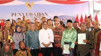 Warga Kalimantan Barat terima sertifikat tanah.