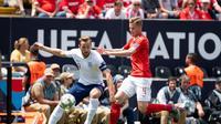 Penyerang Timnas Inggris, Harry Kane, berduel dengan salah satu pemain belakang Swiss dalam duel perebutan posisi ketiga UEFA Nations League pada Minggu (9/6/2019). (Soccerladuma)
