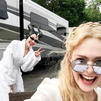 Ini ketika Angelina Jolie dan Elle Fanning bercanda di lokasi syuting Maleficent 2. (instagram/ellefanning)
