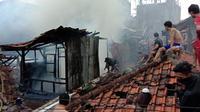 Sebanyak lima unit rumah warga Pagarsih Gang Mukalmi, Kecamatan Bojongloa Kaler, Kota Bandung, hangus dilalap api pada Minggu (15/11/2020). (Foto: Diskar PB Kota Bandung