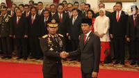 Presiden Joko Widodo atau Jokowi (kanan) menyalami Kapolri Idham Azis (kiri) saat upacara pelantikan di Istana Negara, Jakarta, Jumat (1/11/2019). Idham Azis dilantik menjadi Kapolri menggantikan Tito Karnavian yang diangkat menjadi Mendagri. (Liputan6.com/Angga Yuniar)