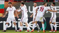 Pemain AC Milan, Patrick Cutrone (kiri) bersama rekan setimnya merayakan gol ke gawang Ludogorets Razgrad pada laga leg pertama babak 32 besar Liga Europa di Ludogerts Arena, Jumat (16/2). AC Milan berhasil menumbangkan Ludogorets 3-0. (AP Photo)