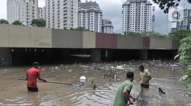 Underpass Kemayoran Penuh Sampah Akibat Banjir