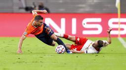 Pemain RB Leipzig, Kevin Kampl, berebut bola dengan pemain Basaksehir, Deniz Turuc, pada laga Liga Champions di Stadion RB Arena, Rabu (21/10/2020). RB Leipzig menang dengan skor 2-0. (Jan Woitas/dpa via AP)