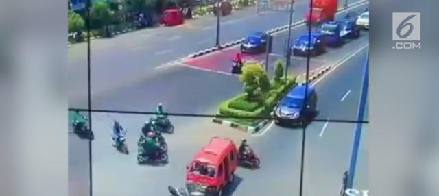 Detik-detik sebuah angkot tabrak pengendara motor yang melintas.