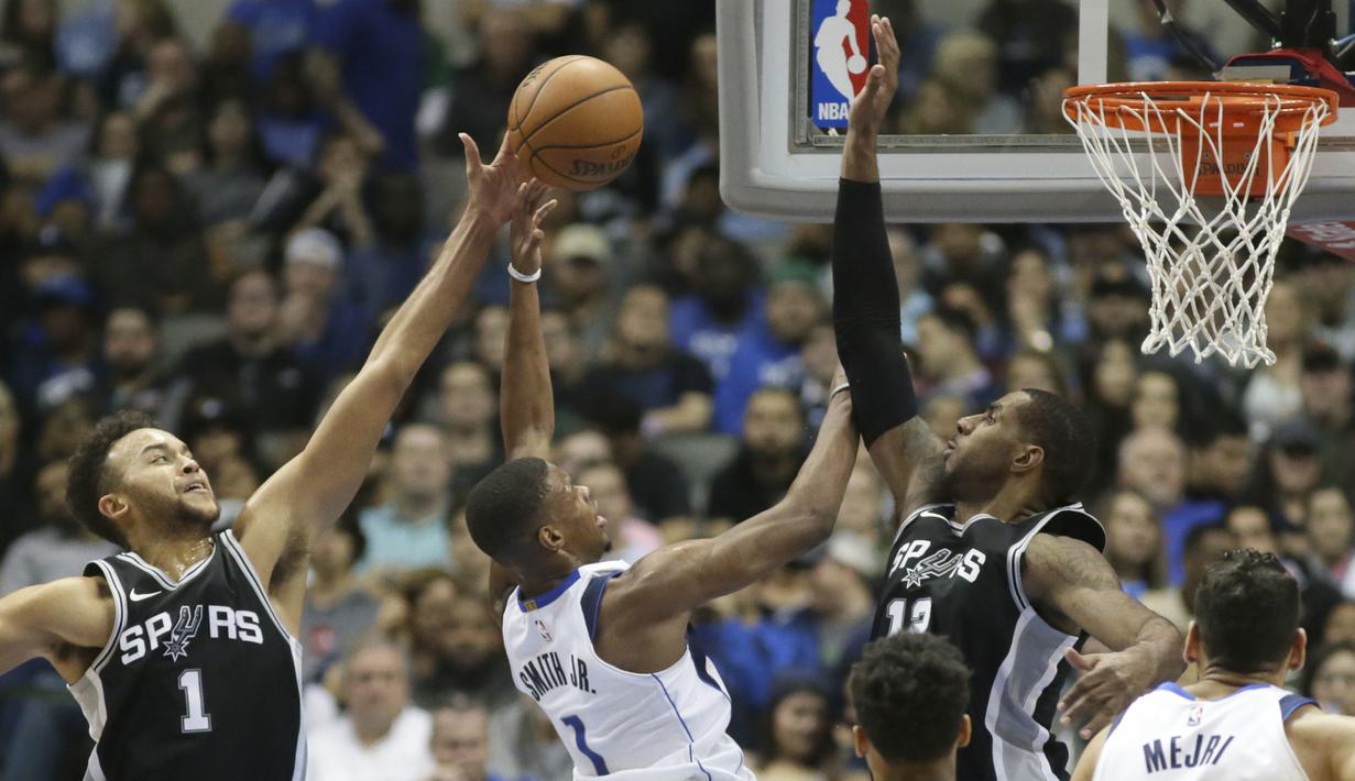 Aksi pemain Dallas Mavericks, Dennis Smith Jr. (1) mencoba mencetak poin saat diadang pemain San Antonio Spurs pada laga NBA Basketball game di American Airlines Center, Dallas, (14/11/2017). Spurs menang 97-91. (AP/LM Otero)