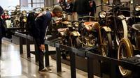 Salah satu peserta Suryanation Motorland Ride to USA mengamati motor klasik di Museum Harley-Davidson di Milwaukee, Wisconsin, Amerika Serikat. (ist)