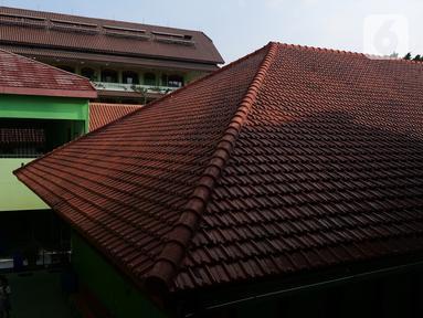 Panel surya  di SMPN 1 Jakarta, Kamis (3/10/2019). Gubernur DKI Anies Baswedan mengeluarkan Instruksi Gubernur Nomor 66 Tahun 2019 tentang Pengendalian Kualitas Udara, Salah satu poin dalam Ingub adalah memasang panel surya di gedung pemerintah, termasuk sekolah. (Liputan6.com/Herman Zakharia)