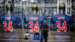 Tiga jersey dukungan untuk Gelandang  Ajax Amsterdam, Abdelhak Nouri, terpampang di depan toko, Amsterdam, Kamis (13/7/2017). Pemain berusia 20 tahun ini terancam harus mengakhiri kariernya karena mengalami kerusakan otak permanen. (AFP/Bart Maat)