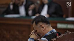 Aktor Tio Pakusadewo saat mengikuti sidang lanjutan beragendakan pembacaan pledoi di Pengadilan Negeri Jakarta Selatan, Kamis (28/6). Tio membacakan langsung nota pembelaan dalam persidangan. (Liputan6.com/Faizal Fanani)