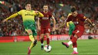 Gelandang Liverpool, Roberto Firmino, melepasakan tendangan saat melawan Norwich pada laga Premier League di Stadion Anfield, Liverpool, Jumat (9/8). Liverpool menang 4-1 atas Norwich. (AFP/Oli Scarff)