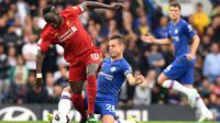 Striker Liverpool, Sadio Mane, menghindari tekel bek Chelsea, Cesar Azpilicueta, pada laga Premier League di Stadion Stamford Bridge, London, Minggu (22/9). Chelsea kalah 1-2 dari Liverpool. (AFP/Olly Greenwood)