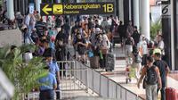 Sejumlah calon penumpang membawa barang mereka di Bandara Soekarno-Hatta Cengkareng, Banten, Jakarta (9/6). Dengan rincian keberangkatan 84.945 domestik dan 129 internasional. (Liputan6.com/Faizal Fanani)