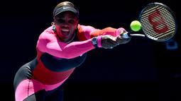 Penampilan nyentrik itu ternyata bermakna spesial bagi Serena Williams. Dia mengaku terinspirasi dari mendiang pelari AS, Florence Griffith-Joyner. (AFP/Paul Crock)