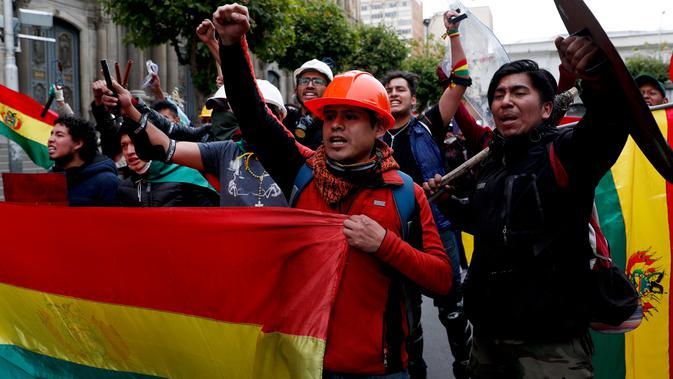 Penentang Presiden Bolivia Evo Morales merayakan setelah Morales mengumumkan pengunduran diri di La Paz, Minggu (10/11/2019). Morales memutuskan mengundurkan diri buntut aksi protes yang dilatarbelakangi dugaan dirinya melakukan kecurangan dalam pemilu dalam beberapa pekan terakhir. (AP/Juan Karita)