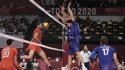 Pemain Prancis Nicolas le Goff dan Antoine Brizard mengadang pukulan pemain Russian Olympic Committee Egor Kliuka pada pertandingan final bola voli putra Olimpiade Tokyo 2020 di Tokyo, Jepang, Sabtu (7/8/2021). Prancis mengalahkan ROC 3-2. (AP Photo/Manu Fernandez)