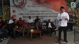 Calon Gubernur Jawa Timur nomor urut Dua Syaifullah Yusuf (Gus Ipul) memberikan sambutan politik disaksikan Forum Komunikasi Relawan Jokowi Jawa Timur di Surabaya, Kamis (22/3). (Liputan6.com/Pool/Dodi)