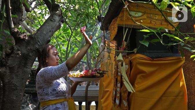 Umat Hindu saat melaksanakan ritual persembahyangan Hari Raya Galungan di Kampung Bali, Bekasi Utara, Bekasi, Jawa Barat, Rabu (16/9/2020). Perayaan Hari Raya Galungan tersebut tetap menerapkan protokol kesehatan secara ketat untuk mencegah penyebaran COVID-19. (Liputan6.com/Herman Zakharia)