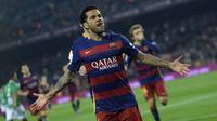 Pemain Barcelona, Dani Alves merayakan golnya ke gawang Villanovense pada laga Copa del Rey (King's Cup) di Stadion Camp Nou, Barcelona, Kamis (3/12/2015).  (AFP Photo/Lluis Gene)