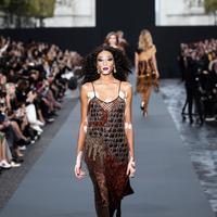 Winnie Harlow berjalan di catwalk mengenakan koleksi Spring/Summer 2018 L'Oreal selama Paris Fashion Week, Minggu (1/10). Wanita cantik ini telah bercita-cita menjadi model sejak masih kecil kendati memiliki penyakit vitiligo. (AP Photo/Kamil Zihnioglu)