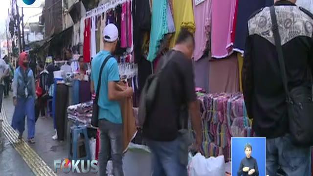 Para pedagang di Blok G dan Sky Bridge atau jembatan penyeberangan yang sebagian besar menjual pakaian sudah menggelar barang dagangannya kembali.