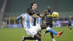 Bek Napoli, Kalidou Koulibaly (kiri), berebut bola dengan bek Inter Milan, Matteo Darmian, dalam laga lanjutan Liga Italia 2020/21 Serie A pekan ke-12 di San Siro Stadium, Rabu (16/12/2020). Napoli kalah 0-1 dari Inter. (AP/Luca Bruno)