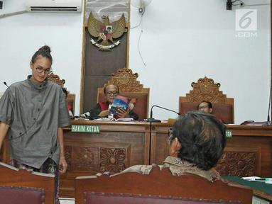 Aktris Nadine Chandrawinata saat mengikuti sidang di Pengadilan Negeri Jakarta Selatan, Selasa (5/12). Nadine menjadi saksi untuk kasus dugaan kepemilikan senjata api ilegal dan satwa langka Gatot Brajamusti. (Liputan6.com/Herman Zakharia)