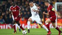 Pemain AS Roma,  Radja Nainggolan mengendalikan bola dikawal pemain Liverpool, Jordan Henderson pada laga leg pertama semifinal Liga Champions 2017-2018 di Anfield, Selasa (24/4). AS Roma kalah telak dengan skor 2-5 dari Liverpool. (AP/Dave Thompson)