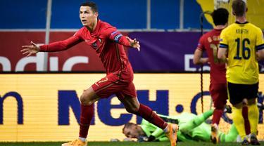 Megabintang timnas Portugal, Cristiano Ronaldo merayakan gol yang dicetaknya ke gawang Swedia pada laga UEFA Nations League A Group 3 di Friends Arena, Stockholm, Selasa (8/9/2020). Portugal kalahkan Swedia 2-0 lewat gol yang dibuat bintang mereka Cristiano Ronaldo. (Janerik Henriksson / TT via AP)