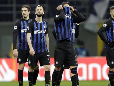 Para pemain Inter Milan tampak lesu usai gagal mengalahkan PSV Eindhoven pada laga Liga Champions di Stadion San Siro, Italia, Selasa (11/12). Kedua tim bermain imbang 1-1. (AP/Luca Bruno)