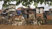 Kondisi permukiman warga di bantaran Sungai Ciliwung kawasan Manggarai, Jakarta, Rabu (19/2/2020). Gubernur DKI Jakarta Anies Baswedan mengatakan Jakarta berhasil mencapai persentase penduduk miskin terkecil dalam lima tahun terakhir, 3,42 persen pada tahun 2019. (Liputan6.com/Immanuel Antonius)