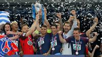 Pemain Paris Saint-Germain, Thiago Silva (tengah) memegang trofi seusai menjuarai Piala Prancis (Coupe de France) di Stade de France, Rabu (9/5). PSG menang 2-0 atas Tim divisi tiga, Les Herbiers pada final Piala Prancis. (AFP/FRANCK FIFE)