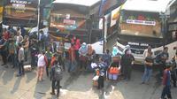 Sejumlah calon penumpang menunggu bus di Terminal Kampung Rambutan, Jakarta, Minggu (10/6). Lebih dari 28 ribu pemudik sudah meninggalkan Ibu Kota menuju kampung halamannya dengan bus hingga H-5 Lebaran 2018 pagi ini. (Merdeka.com/Arie Basuki)