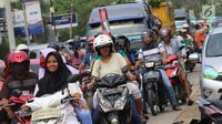 Sejumlah pengendara terjebak macet di pasar Tumpah Bangkir Indramayu, Jawa Barat, Jumat (30/6). Sebaliknya kearah Indramayu Kota mengalami kemacetan arus lalu lintas sepanjang 3 Km. (Liputan6.com/Helm Afandi)