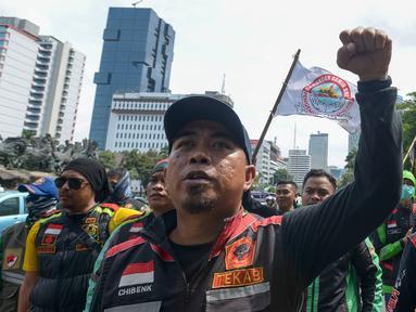Pengemudi ojek online (ojol) berjalan menuju Kementerian Perhubungan (Kemenhub) untuk menggelar unjuk rasa di Jakarta, Rabu (15/1/2020). Para driver ojol ini menyuarakan beberapa tuntutannya terkait kejelasan payung hukum atau legalitas dari ojek online. (merdeka.com/Imam Buhori)
