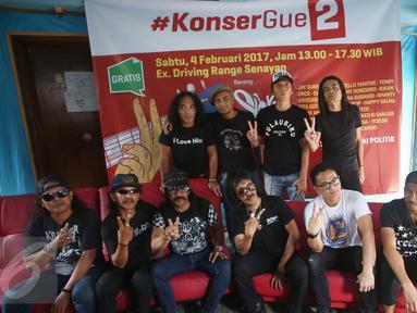Grup musik Slank bersama Orkes Moral Pengantar Minum Racun, art director konser Jay Subiakto dan musisi Yossi Project Pop menyampikan keterangan dalam konferensi pers jelang konser bertajuk 'Gue2' di Jakarta, Jumat (3/2). (Liputan6.com/Immanuel Antonius)